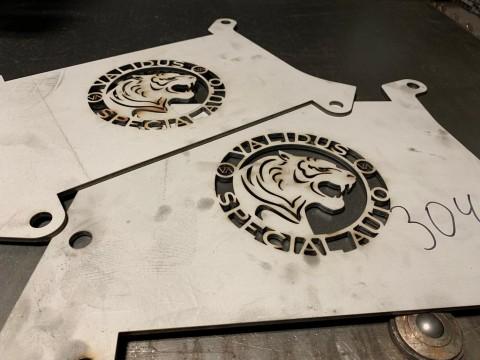 Импульсная лазерная резка мелких логотипов из нержавеющей стали толщиной 3мм в среде кислорода в компании LaserCWM