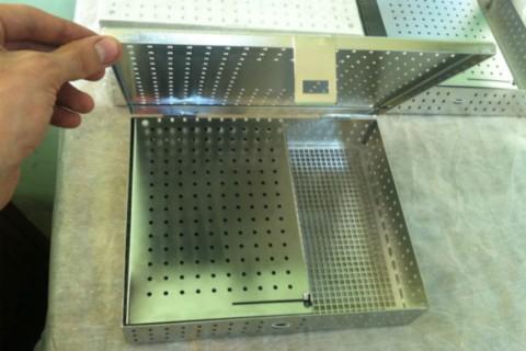 Специалист компании LaserCWM показывает как сделан ящик внутри