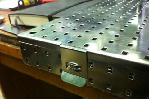 Ящик для стерилизации медицинского инструмента изготовлен из нержавеющей стали
